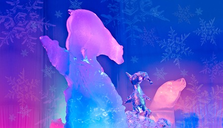 Ice Magic Sculpture bear and penguin chatting Banque d'images