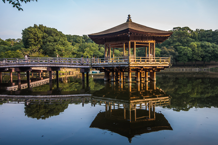 Ukimido Pavilion and the reflections in the lake, Nara, Japan Banque d'images