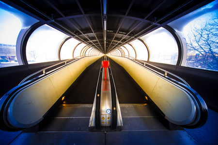 Travelator moving walkway tunnel dynamic perspective, fair Messe Düsseldorf Banque d'images