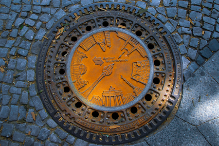 engraved Sewer metal drain cover in Berlin Banque d'images