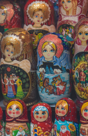 Matryoshka russian puppets lined up in shop window in Amsterdam Banque d'images