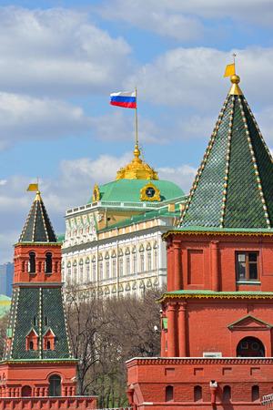 palacio ruso: Bandera de la Federación de Rusia sobre el Gran Palacio del Kremlin de Moscú