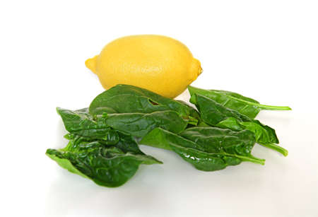 Spinach (Spinacia oleracea) leaves and lemon on table Banque d'images
