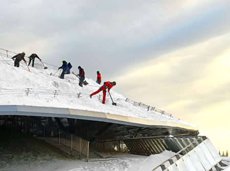 Zaryadye Nature-Landscape Park in frosty winter. Team of workers-climbers clean glass canopy from white snowdrifts 報道画像