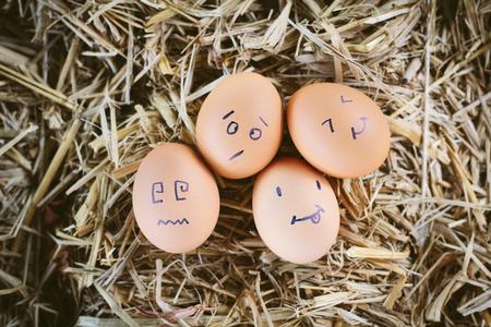 Bemalte Eier über Emotionen im Gesicht Standard-Bild - 41132381