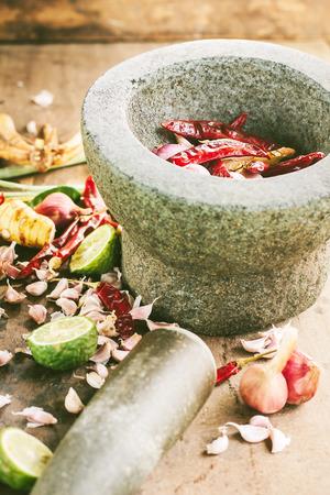 Ingrediënten van Thaise kruidig voedsel met mortel Tom Yum Stockfoto