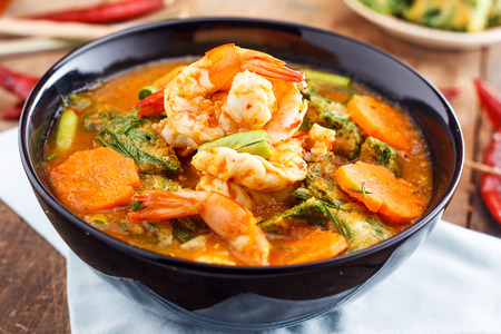 Spicy en Soep Curry met garnalen en groenten Omelet Stockfoto