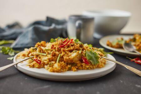 Calamari saltati in padella con polvere di curry, cibo tailandese Archivio Fotografico
