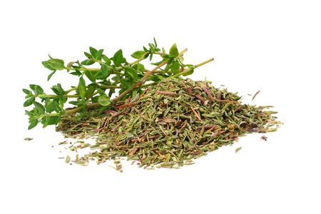 zielony tymianek z suszonymi liśćmi tymianku na białym tle z bliska