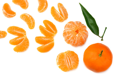 mandarin with slices and green leaf isolated on white background top view 免版税图像