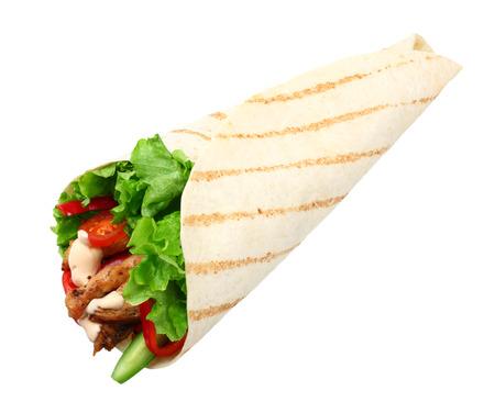 Wrap de tortilla con carne de pollo frito y verduras aisladas sobre fondo blanco. comida rápida Foto de archivo