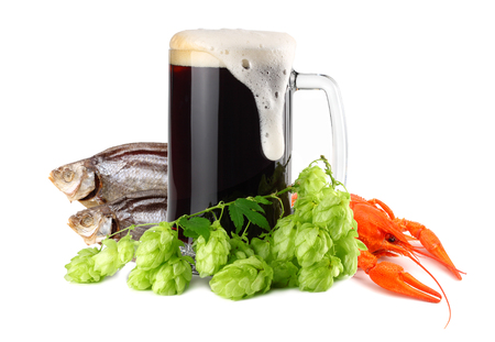 Mug of dark beer with crawfish and dried fish isolate on white background. Beer brewery concept. Beer background. 免版税图像