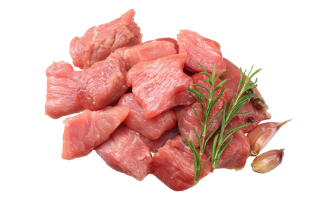 trozos de carne de vacuno cruda aislado sobre fondo blanco. vista superior