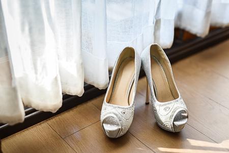 chaussures de mariée sur le plancher