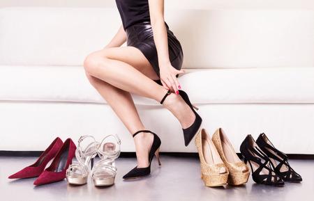 chaussure: Femme essayant sur les chaussures. Banque d'images