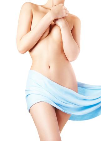 beaux seins: corps de la femme parfaite avec un tissu bleu autour des hanches. Plein soins du corps. Banque d'images