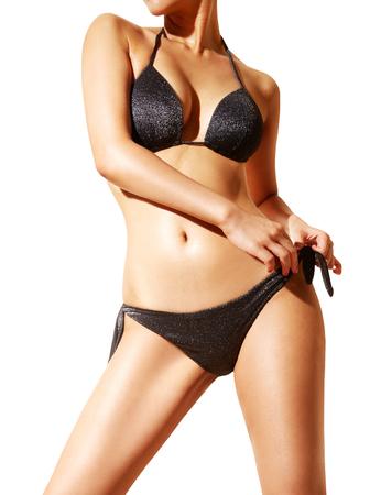 depilacion: Cuerpo de la mujer hermosa con bikini negro y gafas de sol. aislado en blanco ...