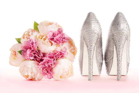 bouquet and brilliant silver shoes. Wedding bridal fashion image. Standard-Bild