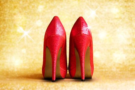 tacchi rossi con illuminazione e lo sfondo. Archivio Fotografico
