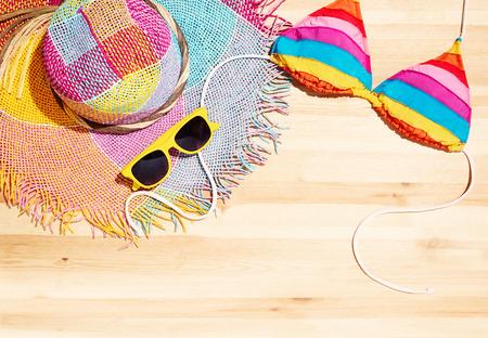 chapeau de paille: article de mode d'été sur la table en bois. Avec un espace de copie pour vous texte. Banque d'images