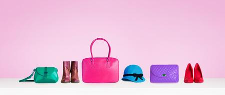 다채로운 손 가방, 신발, 및 분홍색 배경에 고립 된 모자. 여자 패션 액세서리 항목입니다. 쇼핑 이미지 스톡 콘텐츠 - 61841189