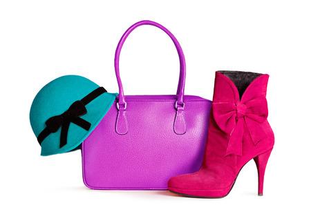 女性ファッション ・ アクセサリー。緑の帽子、紫バッグと赤いショート ブーツ ホワイト バック グラウンドに分離されました。