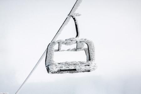 snow capped: Nieve tapado telesilla despu�s de la tormenta de nieve.