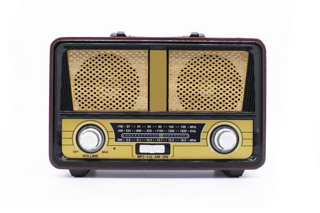 Radio rétro moderne isolée sur blanc