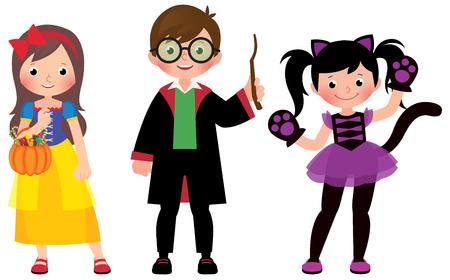 Grupo de niños pequeños en disfraces de Halloween en toda su longitud sobre un fondo blanco.