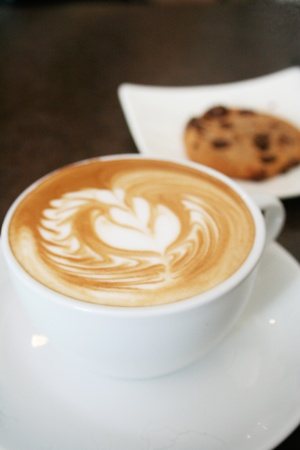 een kopje cappuccino en cookies