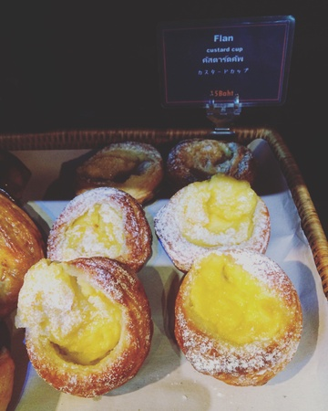egg tart: Egg tart bread at bakery shop