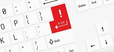 signo de admiracion: teclado blanco con llave riesgo rojo y signo de exclamaci�n