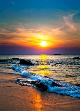 바다 위에 화려한 일몰