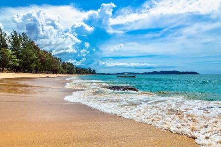shoreline: Una isla tropical con playa de arena Foto de archivo