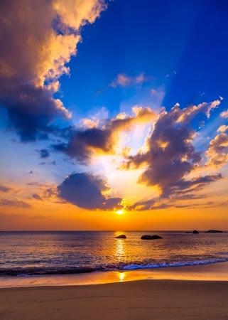 puesta de sol: Colorido atardecer sobre el mar