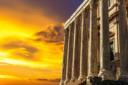 Antique Temple of Antoninus and Faustina in the Roman Forum at sunset Stockfoto