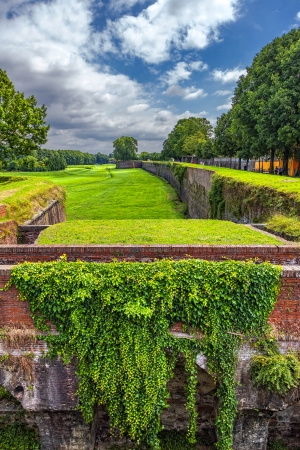 walls of the ancient fortress in the Italian city of Lucca Stockfoto