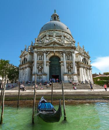 délivrance: Cathédrale de Santa Maria della Salute touristes qui visitent les sites de Venise Juin 2013