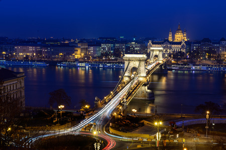 Chain bridge in Hyngarian capital - budapest during twilight Imagens