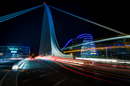 Harp bridge in Dubliny with cars passiing through by night Reklamní fotografie - 66563405