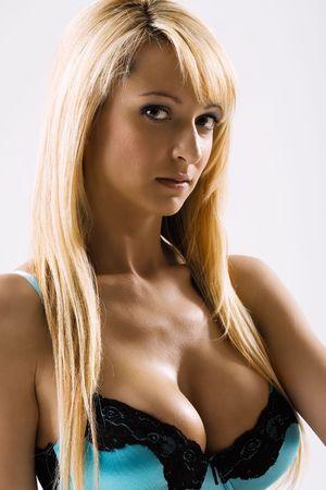 big boobs: Slim atractiva rubia modelo en lencería azul