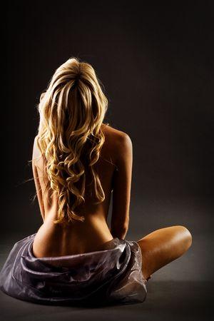 handtcher: Blond mit blo�en Nach Dusche isoliert auf schwarz Lizenzfreie Bilder