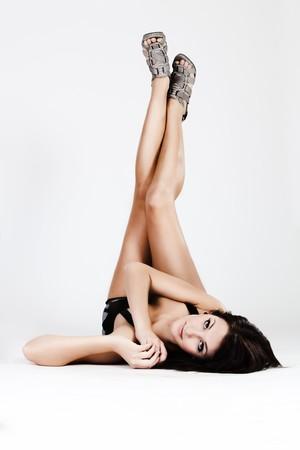 piernas con tacones: Joven hermosa mujer sosteniendo largas piernas en tacones  Foto de archivo