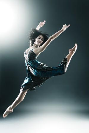 bailarina de ballet: Estilo moderno con estilo y joven bailarín es saltar extendida