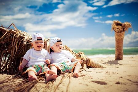 gemelas: ni�os de gemelo id�ntico relajantes en playa tropical