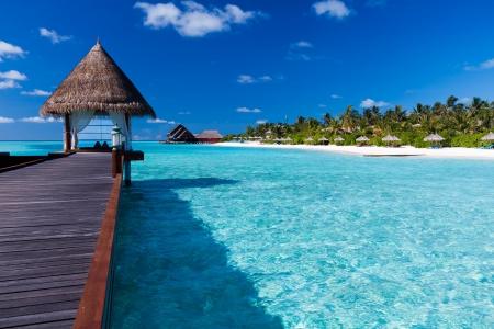 Pilotis thermale dans le lagon bleu autour de l'île tropicale Éditoriale