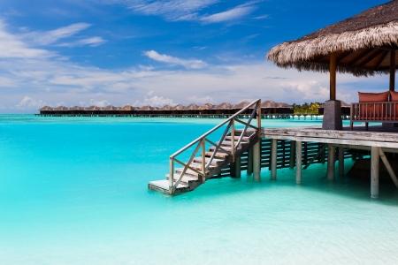 Nad vodou bungalov s kroky do úžasné modré laguny na Maledivách