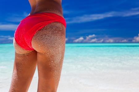 beach babe: Bella bikini rosso bum sabbia sulla spiaggia tropicale Archivio Fotografico