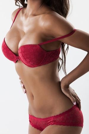beaux seins: Corps de femme sexy en lingerie rouge, vue de côté