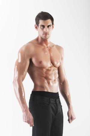 m�nner nackt: Muskul�s Mann in Jeans posiert im Studio auf wei�em Hintergrund Lizenzfreie Bilder